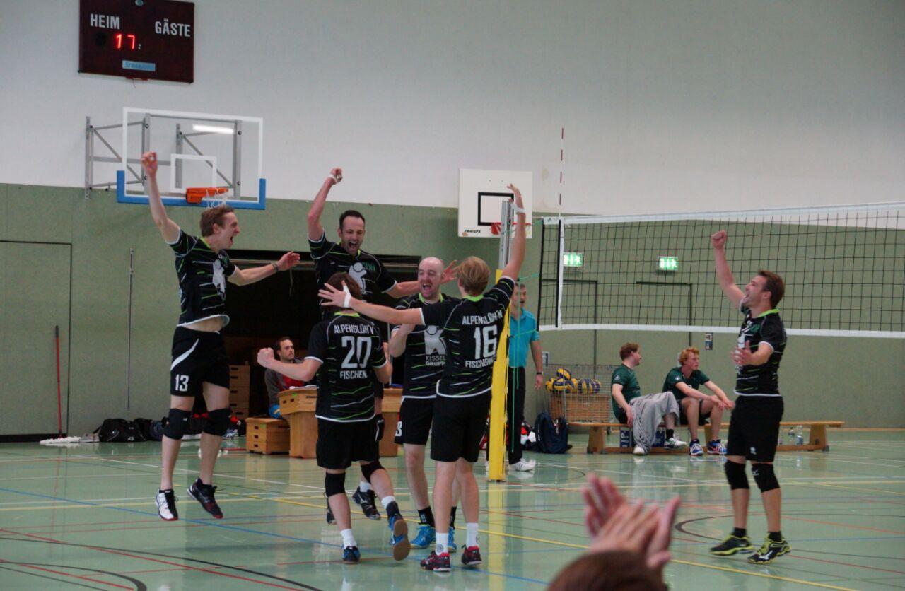 Das Bild zeigt unsere 1. Herren Volleyballmannschaft beim Jubeln nach einen gewonnen Punkt.